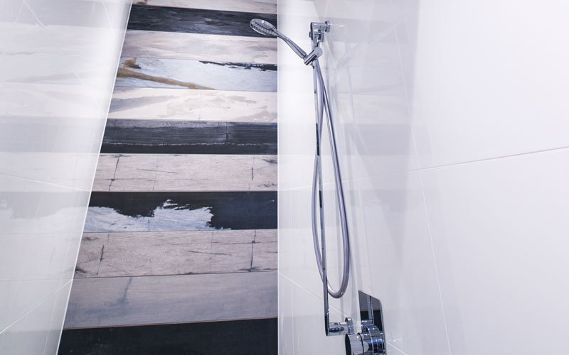shower with feature tile